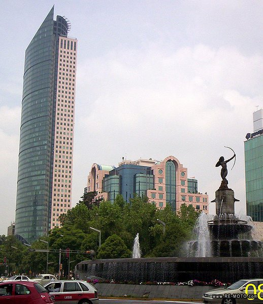 The Diana Cazadora, with the Torre Mayor in the background