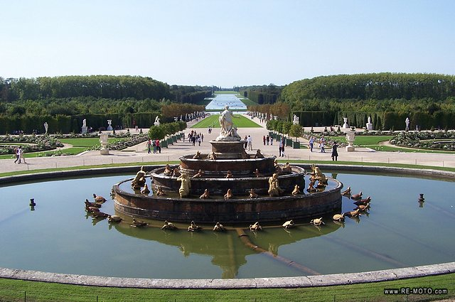 The gardens of the palace of Versalles seem unending.