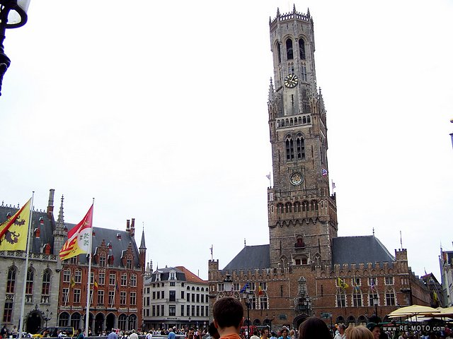 The architecture in Bruges is sometimes a bit extravagant, like this tower, which stunned us with its deproportion.