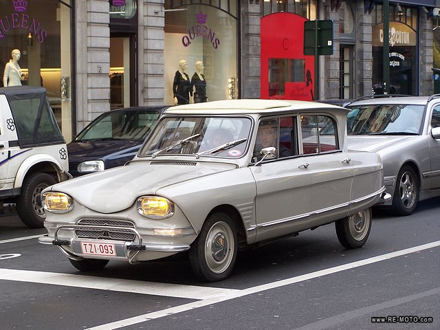 A Citroen Ami 8. It reminds me of the one my parents had in their youth.