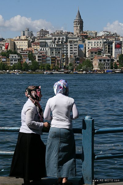 In Istanbul, the mayority of the women dress according to western fashion, but it is common to see women with their hair covered and wearing long and hot clothing.